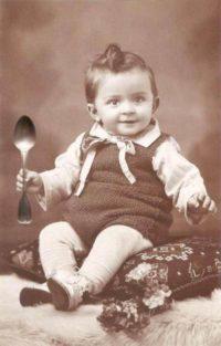 Buecherschmaus: Kind mit Löffel ladet zur Buecherspende ein