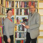 Natascha Mijlkovic Georg Schober in der Buchhandlung.