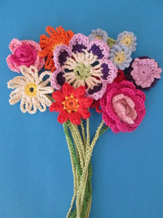 Gehaekelte Blumen als Lesezeichen