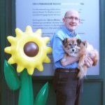 Georg Schober mit Bücherhund Zwetschke vor dem Bücherschmaus.