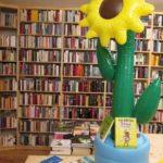 Innenansicht des Bücherschmaus mit Sonnenblume.