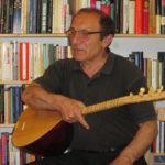 Reza Algül mit Musikinstrument