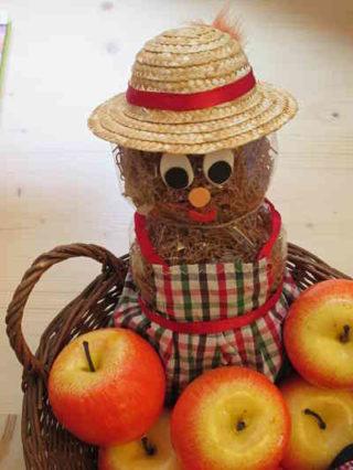 Nudelpuppe mit Apfel