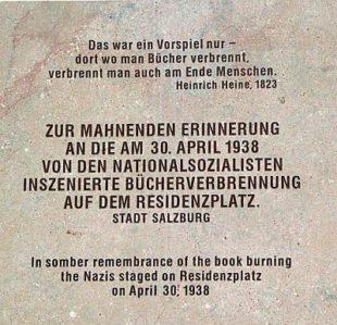Gedenktafel an die Buecherverbrennung in Salzburg