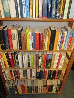 Bücherspende - ein Regal gefüllt mit Bücherspenden zur freien Entnahme