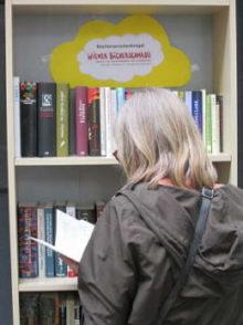 Ein Verschenkbuchregal des Wiener Bücherschmaus