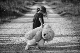 Trauer - ein einsames Kind mit Stofftier